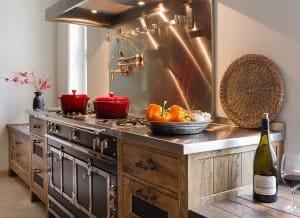 תנור בתוך מטבח מעץ