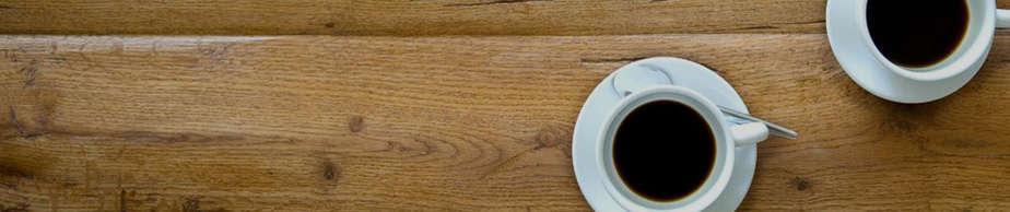 כוסות קפה על שולחן עץ