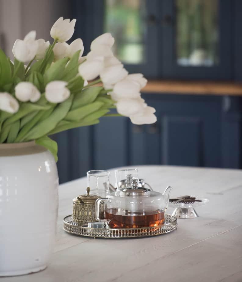 קנקן תה במטבח כפרי